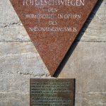 """""""Totgeschlagen - Totgeschwiegen"""". Die Gedenktafel für die homosexuellen Opfer des Nationalsozialismus am Nollendorfplatz in Berlin. Foto: Manfred Brueckels 2009, Quelle: Wikimedia Commons CC BY-SA 3.0"""
