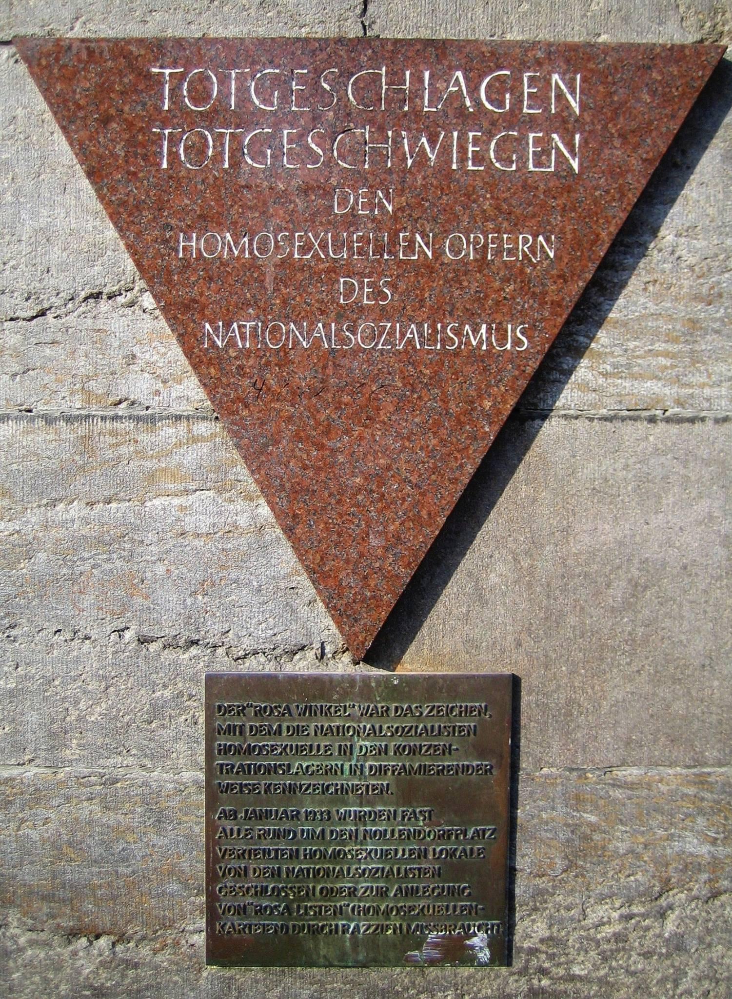 Totgeschlagen-Totgeschwiegen. Die Gedenktafel für die homosexuellen Opfer des Nationalsozialismus am Nollendorf Platz in Berlin. Foto: Manfred Brueckels