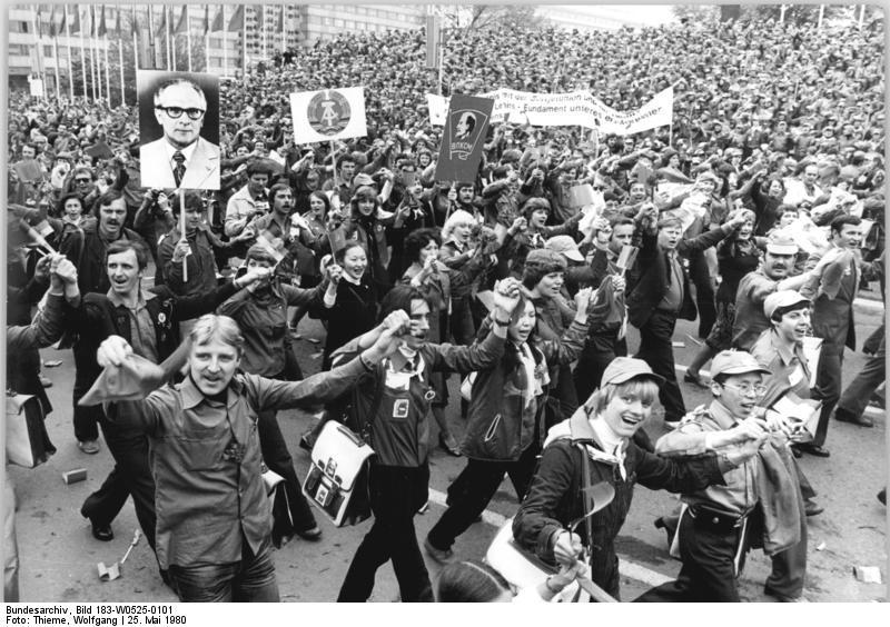 Arbeiter als führende Gesellschaftsschicht in der DDR. Hier beim Festival der Freundschaft DDR-UdSSR in Karl-Marx-Stadt (heute Chemnitz), 25. Mai 1980. Foto: Wolfgang Thieme (ADN). Quelle: Bundesarchiv Bild 183-W0525-0101 / Wikimedia Commons https://commons.wikimedia.org/wiki/File:Bundesarchiv_Bild_183-W0525-0101,_Karl-Marx-Stadt,_V._Festival_der_Freundschaft_DDR-UdSSR.jpg CC BY-SA 3.0 https://creativecommons.org/licenses/by-sa/3.0/de/deed.en