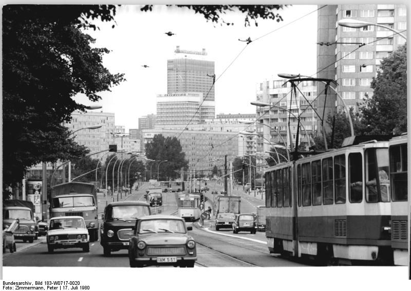 Die Leninallee (heute Landsberger Allee) führt durch den Bezirk Friedrichshain. Foto: Peter Zimmermann (ADN), 17. Juli 1980. Quelle: Bundesarchiv Bild 183-W0717-0020 / Wikimedia Commons https://commons.wikimedia.org/wiki/File:Bundesarchiv_Bild_183-W0717-0020,_Berlin,_Leninallee,_Silhouette.jpg?uselang=de CC BY-SA 3.0 https://creativecommons.org/licenses/by-sa/3.0/de/deed.en
