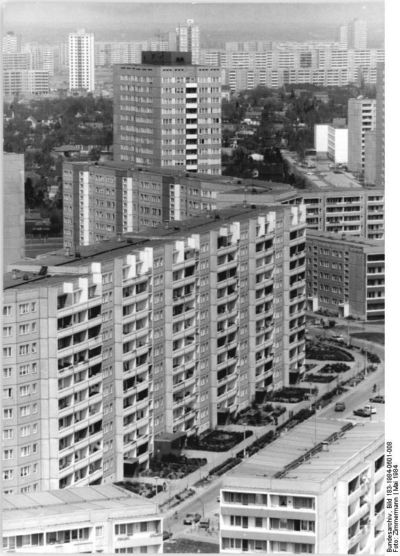 Wohnungsbau in der DDR. Das Entstehen neuer Stadtbezirke. Hier: Berlin-Marzahn Mai 1984. Foto: Zimmermann (ADN). Quelle: Bundesarchiv Bild 183-1984-0601-008 / Wikimedia Commons https://commons.wikimedia.org/wiki/File:Bundesarchiv_Bild_183-1984-0601-008,_Berlin,_Marzahn.jpg?uselang=de CC BY-SA 3.0 https://creativecommons.org/licenses/by-sa/3.0/de/deed.en