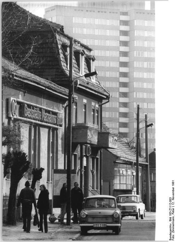 Alt neben Neu. Direkte Nachbarschaft von Alt- und Neubauten in Berlin-Marzahn, 12. November1981. Foto: Peter Zimmermann (ADN). Quelle: Bundesarchiv Bild 183-Z1112-003 / Wikimedia Commons https://commons.wikimedia.org/wiki/File:Bundesarchiv_Bild_183-Z1112-003,_Berlin-Marzahn,_Alt-_und_Neubauten.jpg?uselang=de CC BY-SA 3.0 https://creativecommons.org/licenses/by-sa/3.0/de/deed.en