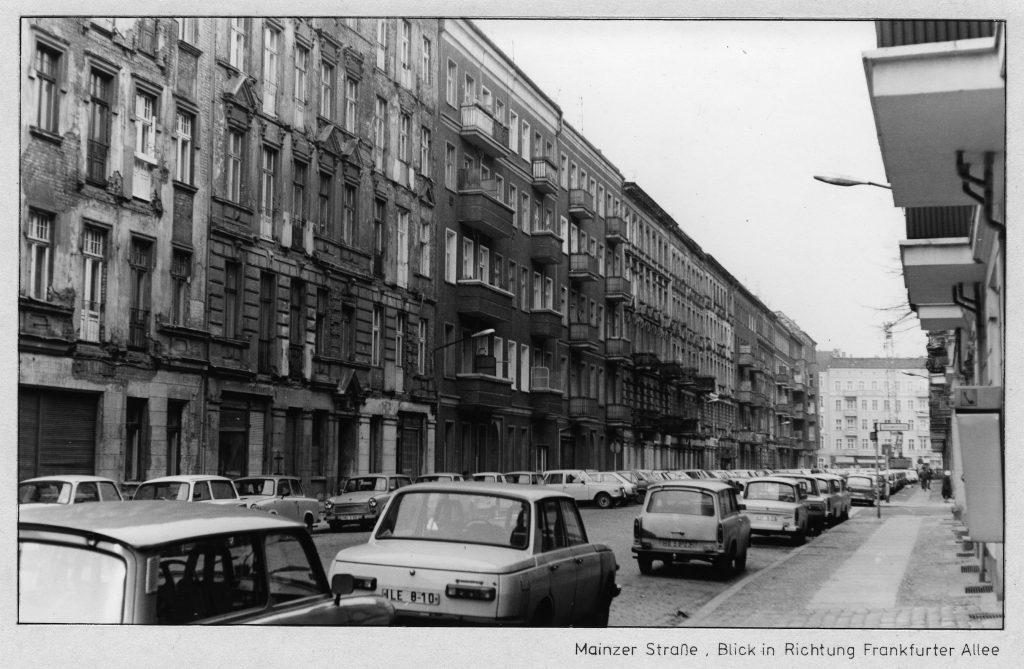 Die Mainzer Straße in den 1980er Jahren. Blick in Richtung Frankfurter Allee. Foto/Quelle: Landesarchiv Berlin C_Rep 110-01 Nr 7080 F 01 © mit freundlicher Genehmigung