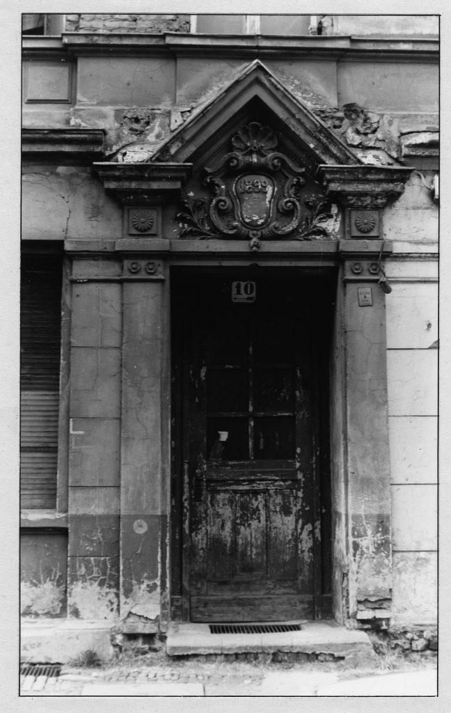 Sanierungsbedürftige Haustür. Mainzer Straße 10. Foto/Quelle: Landesarchiv Berlin C Rep 110-01 Nr 7080 F 37 © mit freundlicher Genehmigung