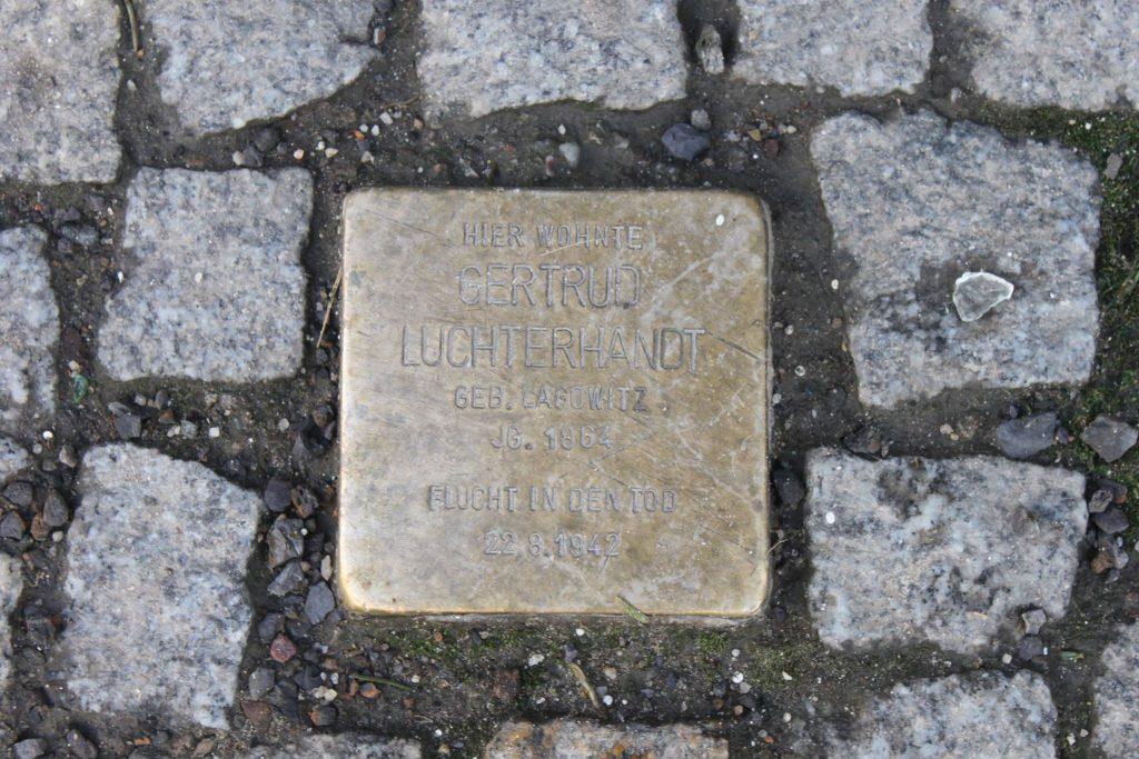 Stolperstein für Gertrud Luchterhandt in der Mainzer Straße. Foto: Beke Detlefsen CC BY-SA 3.0 https://creativecommons.org/licenses/by-sa/3.0/de/deed.en