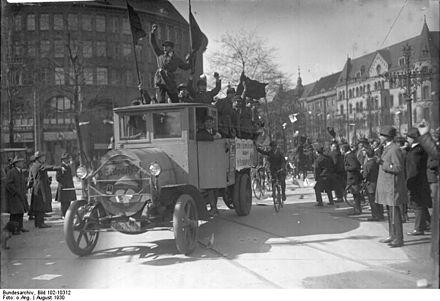Ein Propaganda-Fahrzeug des Reichsbanners Schwarz-Rot-Gold wirbt 1930 zur Reichstagswahl in den Straßen Berlins. Fotograf: unbekannt, Quelle: Bundesarchiv Bild 102-10312 / Wikimedia Commons CC-BY-SA 3.0