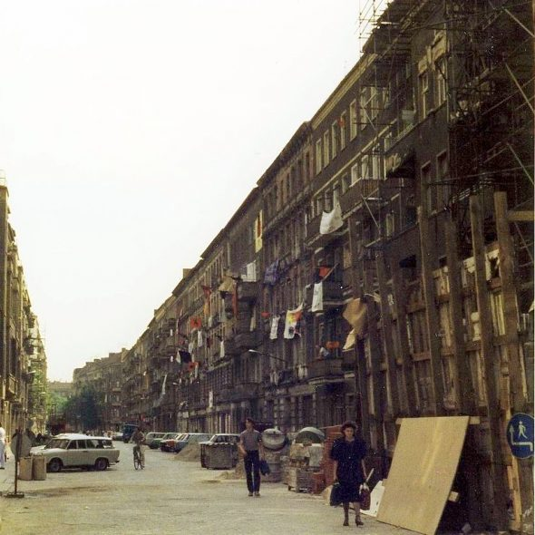 Mainzer Straße,1. Juni 1990. Foto: Renate Hildebrandt http://www.renate-hildebrandt.de. Quelle: Wikimedia Commons https://commons.wikimedia.org/wiki/File:Mainzer_Stra%C3%9Fe-1-Juni1990.jpg, Lizenz CC BY 3.0 https://creativecommons.org/licenses/by/3.0/deed.en