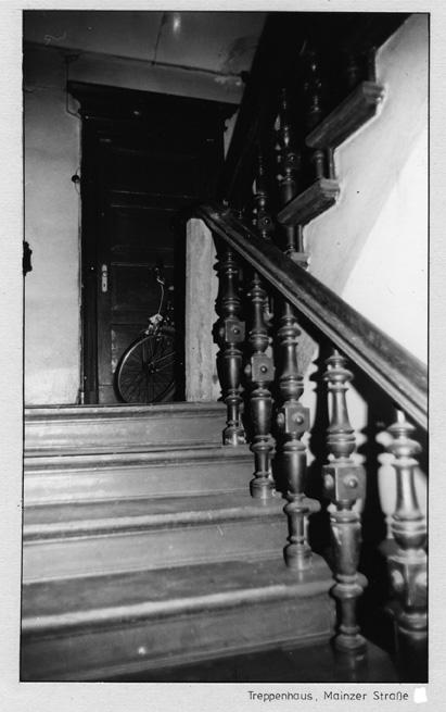 Treppenhaus eines Hauses in der Mainzer Straße in den 1980er Jahren. Foto: Landesarchiv Berlin C Rep 110-01 Nr 7080 F 30 © mit freundlicher Genehmigung