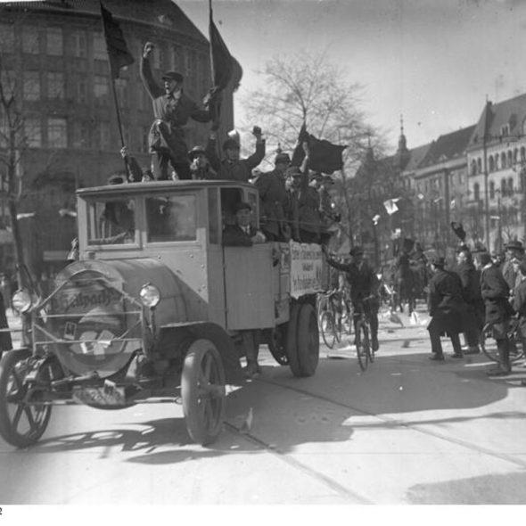 Der Wahlauftakt für die kommende grosse Reichstags-Wahl am 14. September! Ein Propaganda-Auto des Reichsbanners wirbt fin den Strassen Berlins.
