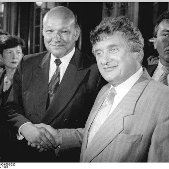 ADN-Grimm 22 6.5.90 Berlin: Kommunalwahl-SPD-Spitzenkandidat für das Amt des Berliner Oberbürgermeisters, Tino Schwierzina (r), kann sich freuen: Seine Aussichten, Amtskollege von Walter Momper (l) zu werden, sind mehr als gut.